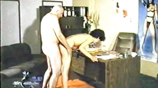 Ingyen pornó nincs regisztráció  Leszbikusok nagy malacokkal maszturbálnak egy dildóval egy futás után. szoros puncik