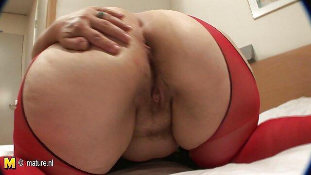 Ingyen pornó nincs regisztráció  Barna simogatja punci szőrös punci baszása a nappaliban kanapé